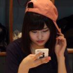 【東由樹】ゆきつんカメラの1日1米、#6はオシャレな感じでスマホ見つめるなるちゃん。テーマ:携帯、メンバー:古賀成美