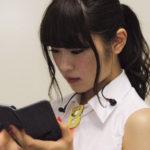 【東由樹】ゆきつんカメラの1日1米 #28 はなぎさ。大人っぽい表情。テーマ:携帯、メンバー:渋谷凪咲