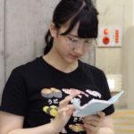 【東由樹】ゆきつんカメラの1日1米 #18はるりりん。寿司Tシャツwwwwテーマ:携帯、メンバー:西澤瑠莉奈
