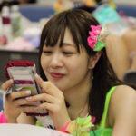 【東由樹】ゆきつんカメラの1日1米 #40はちほ。いい意味で不思議な人です。テーマ:携帯、メンバー:松岡知穂