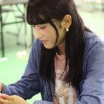 【東由樹】ゆきつんカメラの1日1米 #54、なっつ。声が可愛い歌姫。テーマ:携帯、メンバー:明石奈津子