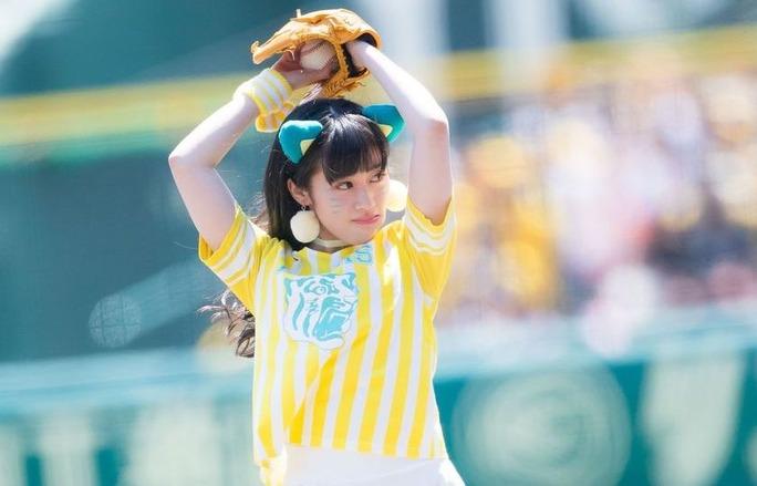 【川上千尋】ちっひー、ファーストピッチセレモニーでまさかのメッセンジャー投手顔マネか!?www