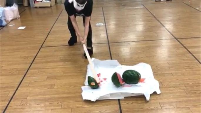 【沖田彩華】あーぽんラストSHOWROOMで恒例のスイカ割り。えいさーほいさー!でパカっと綺麗に。